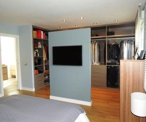 Vestidor abierto en dormitorio.
