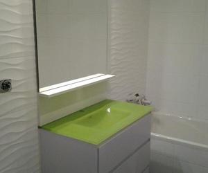 Baño con lavabo en verde pistacho