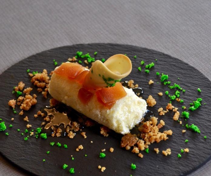 Cilindro de requesón con carne de membrillo, galletita de mantequilla y tierra de bizcocho.