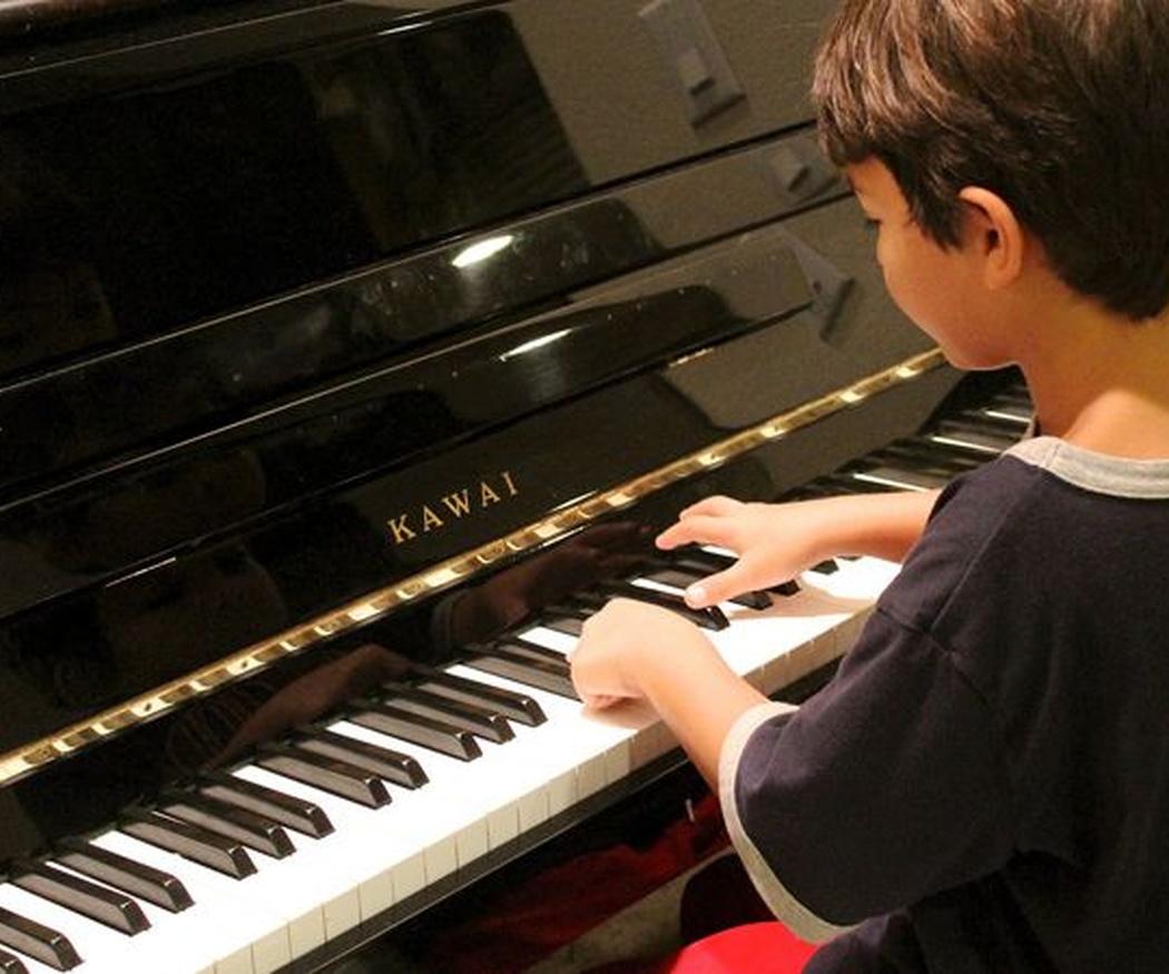Beneficios de tocar el piano para tus hijos