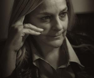 Ana Benegas Haddad: Psicóloga escuchando y reflexionando sobre la persona.