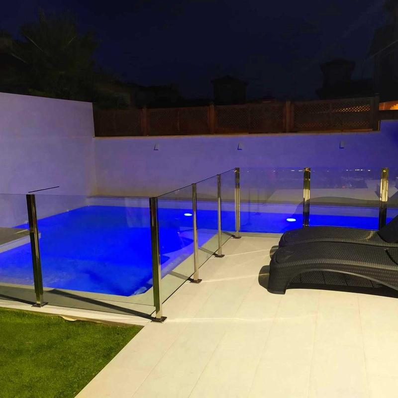 Barandilla de cristal de protección para zona de piscina