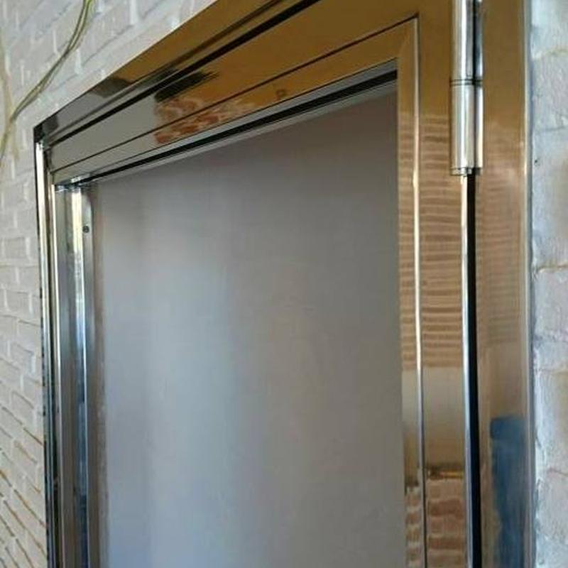 Puerta de acero inoxidable y vidrio fabricada a medida para entrada a bodega