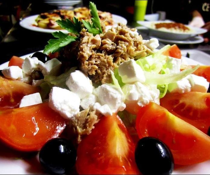 Ensalada de tomate, atún y queso feta