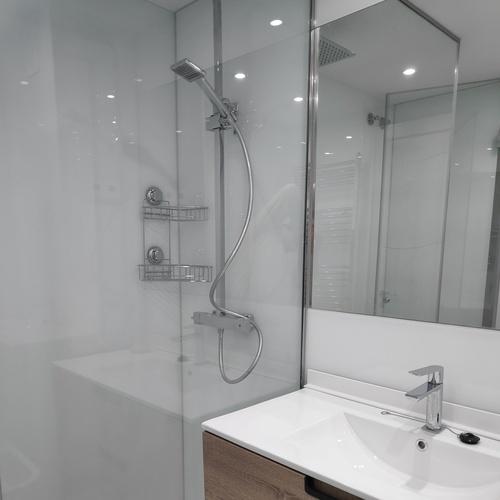 Cuarto de baño en cristal completo