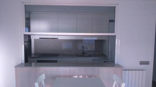Detalle....... ventana tipo guillotina motorizada en cocina office