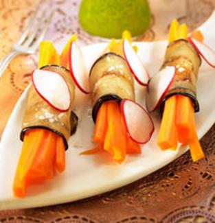 Rollitos de berenjena y zanahoria con aceite de perejil