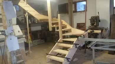Se entrega escalera abierta lacada en blanco