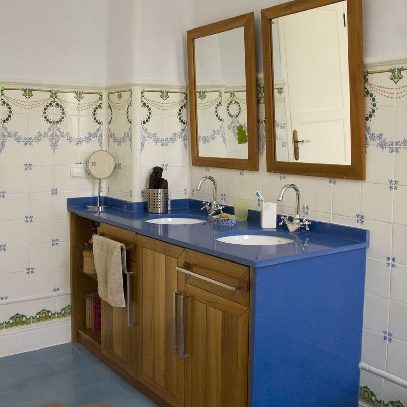 En este baño se ha recuperado el alicatado y se ha colocado pavimento hidraúlico. El mueble se ha fabricado a medida, en roble tintado; la encimera de silestone.