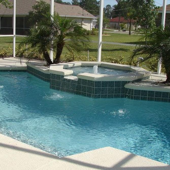 Disfruta de una piscina con spa en el jardín de tu casa