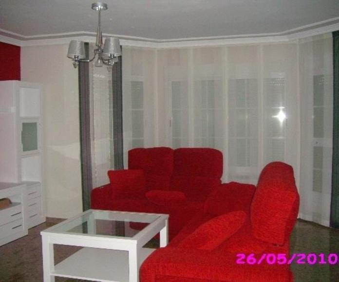 Salón con panel japones y cortina en puerta balcón, en blanco y gris