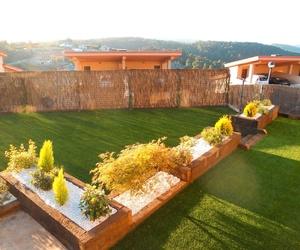 Jardín de césped artificial combinado con madera