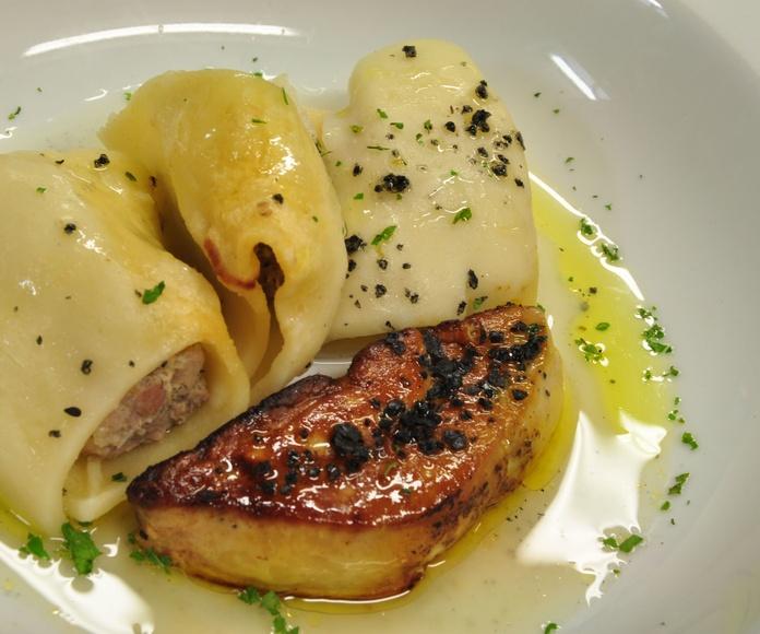 Pasta rellena de txangurro con escalopín de foie.