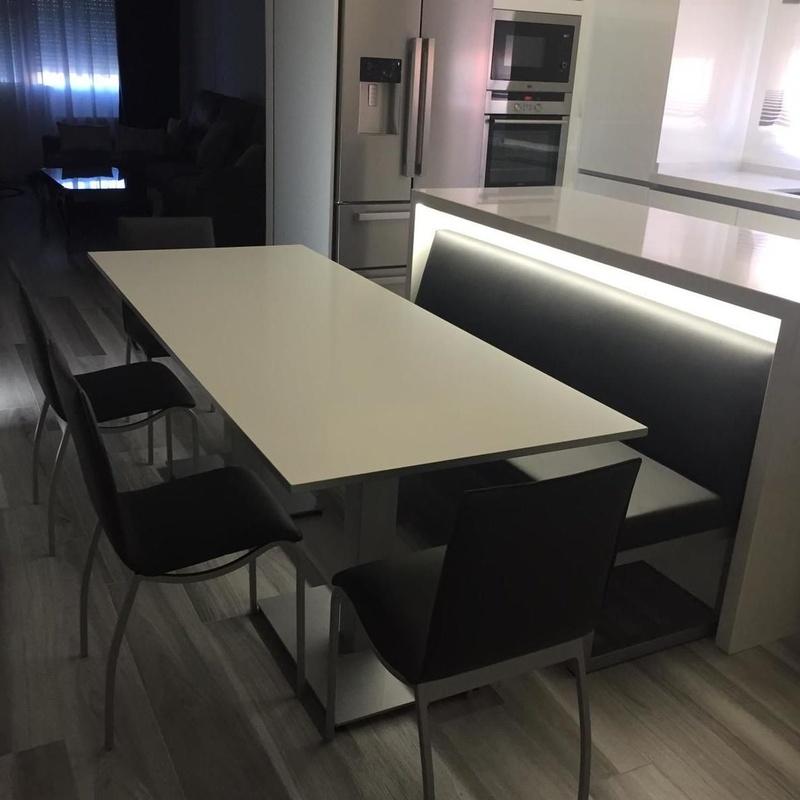 Instalación para cocina con mesa, sillas y banco: Productos y servicios de Comume