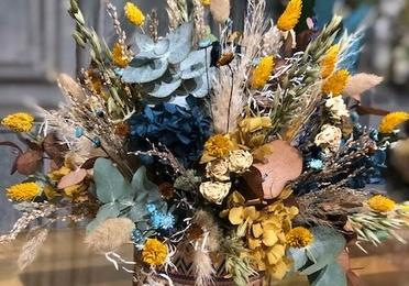 Base étnica con flor preservada