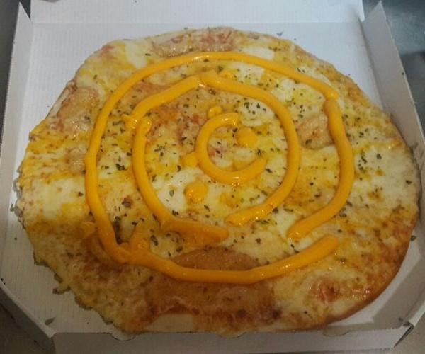 Una pizza con queso gouda,queso cheddar,queso manchego y salsa de queso