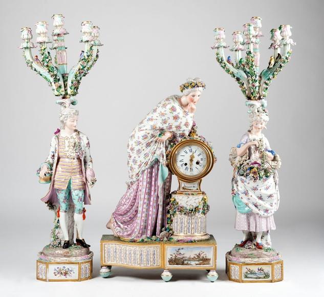 Guarnición de reloj y candelabros de porcelana alemana, S.XIX: Catálogo de Goya Subastas