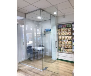 Cerramiento en vidrio para farmacia en Zaragoza