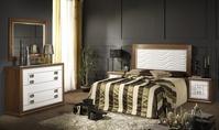 Dormitorio en roble macizo con de tallede ondas en laca plata.