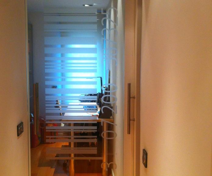 Puerta Interior de Cristal, de una hoja practicable con tirador y vinilo decorativo.