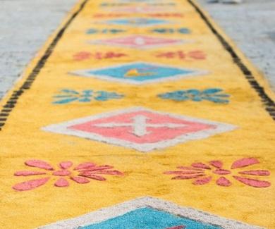 5 toneladas de serrín pintado ponen la nota de color en el día del Corpus de Tajamar