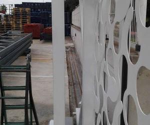 Puerta corredera telescópica corte laser diseño rodamientos invertidos