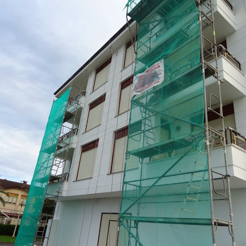 Revestimiento transpirable antifisuras en fachada de monocapa.