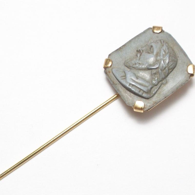 Aguja de corbata en oro de 18k y placa de magma tallada del s. XIX.: Catálogo de Antigua Joyeros