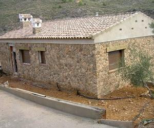 Casa de Campo con revestimiento de fachadas en piedra natural