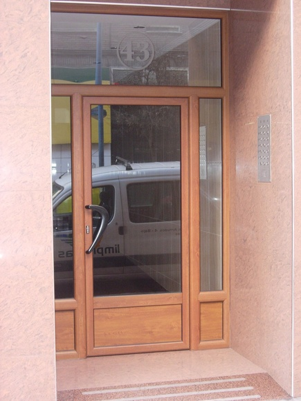 Puertas aluminio acabado madera