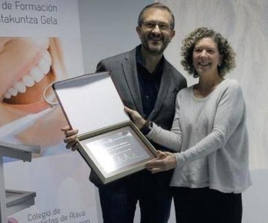 El doctor Alfonso Arellano ofrece un curso de composites y estratificación en el Colegio de Dentista