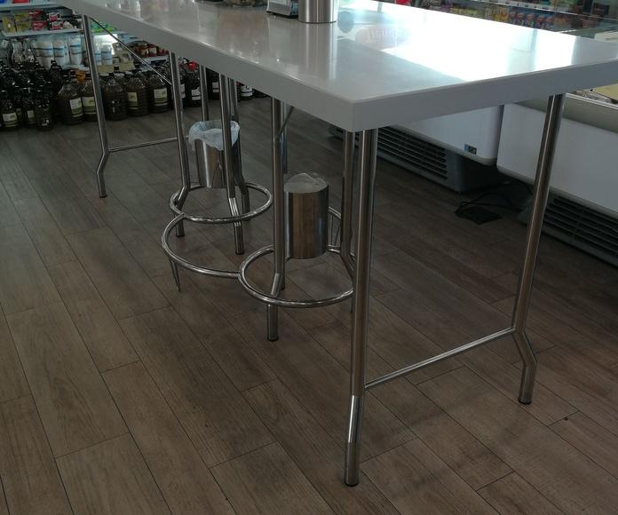 Mesa personalizada y a medida de gran tamaño con papeleras incorporadas para restaurante.