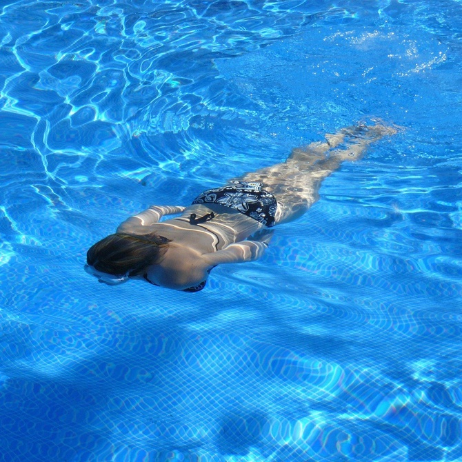 ¿Qué papel desempeña el cloro en el mantenimiento de una piscina?