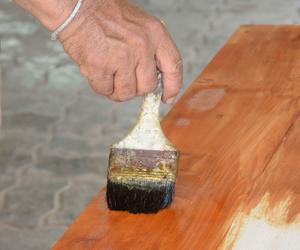 Lacado de mesas de madera en Manacor