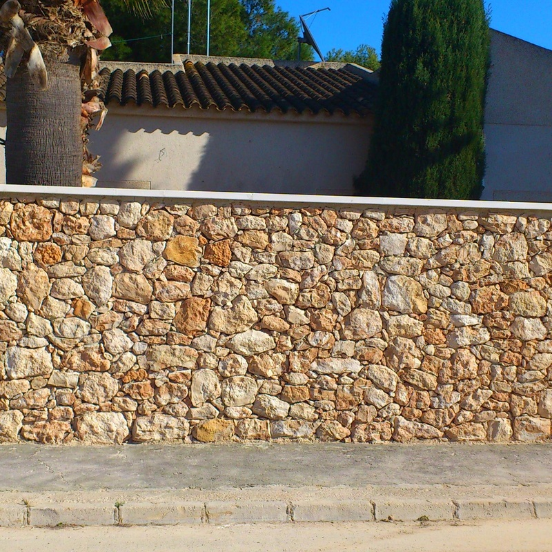 Fachada en piedra de Campoamor