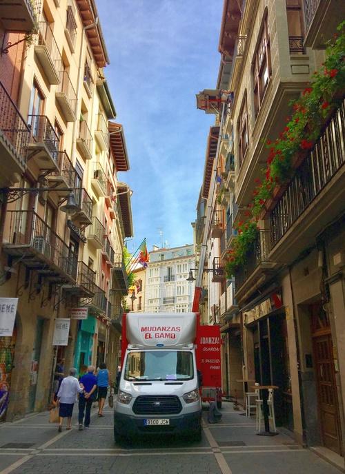 Mudanza con montamuebles en lo viejo, Pamplona - Iruña , Navarra