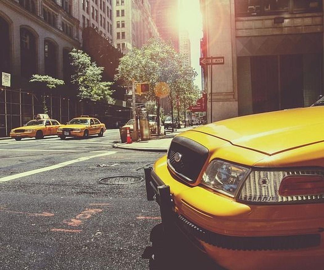 Detalles para coger un taxi en la calle