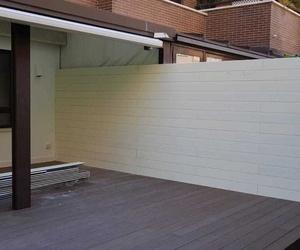 Tech Cube Tarima tecnologica en color teka y nieve en pared con perfil oculto