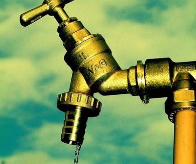 El agua se ahorra cuando hay. Cuando no hay, ya no se puede