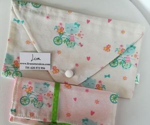 Bolsa guardatodo con forma de sobre, y bolsito billetero creado con la misma tela. Un regalo luminoso!
