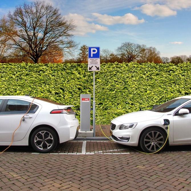 ¿Dónde se deben instalar puntos de recarga de coches eléctricos por ley?