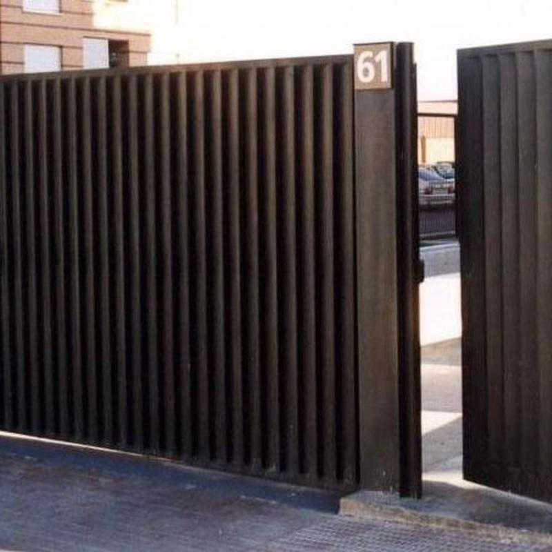 Puerta batiente lamas de ventilación vertical