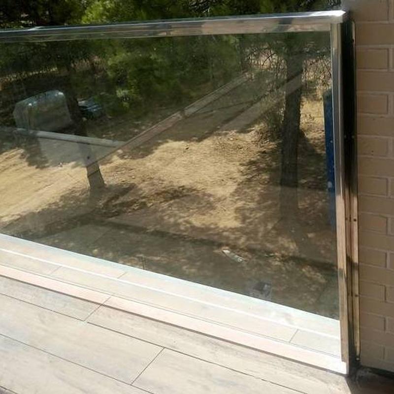 Barandilla de acero inoxidable y vidrio para terraza de vivienda particular