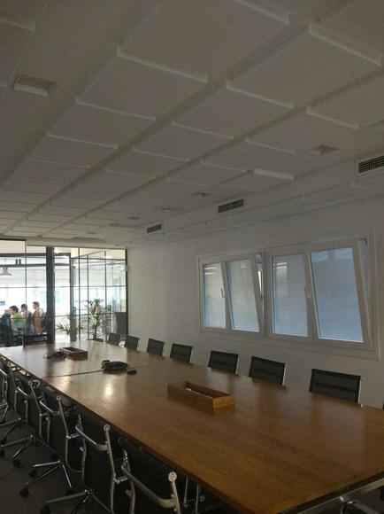 Tratamiento absorbente en unas salas de reuniones en Madrid
