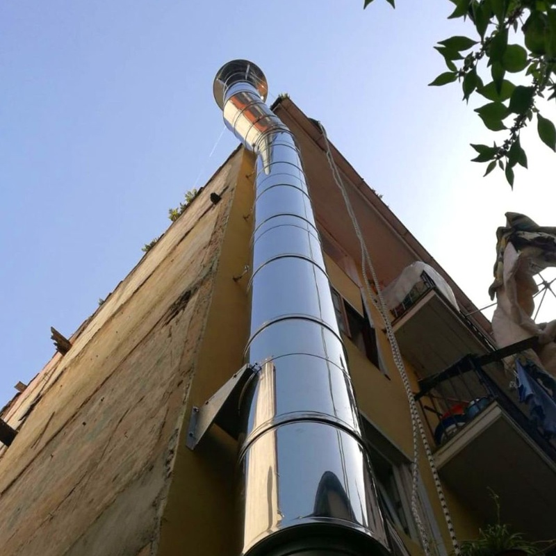Chimenea de extracción - instalación con sistema de trabajos verticales en Astillero