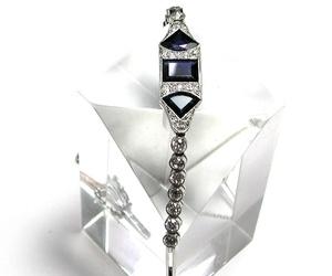 Pulsera Art Decó realizada en platino con tres grandes zafiros, diamantes talla suiza y talla antigua. Circa: 1920-1930.