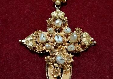 Colgante de cruz en oro amarillo de 18k y perlas. Finales S.XIX.