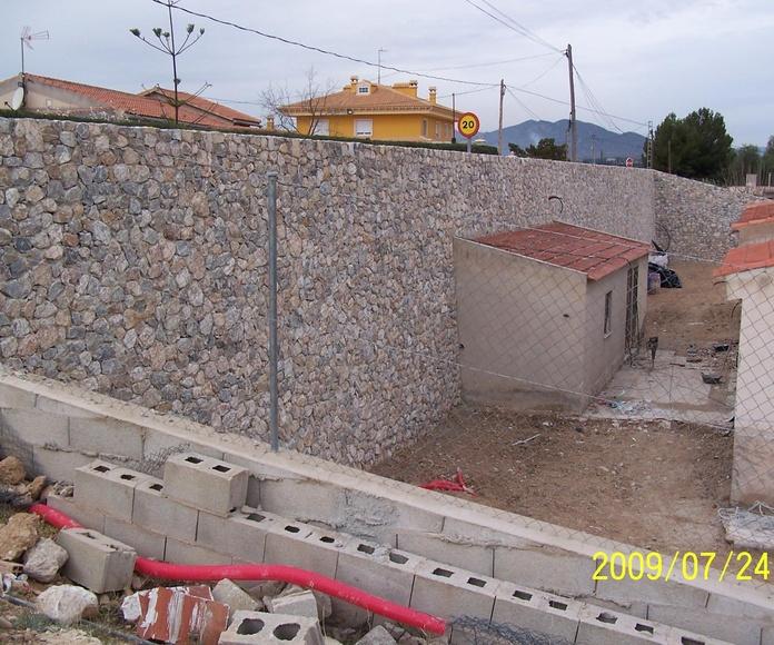Muro de contención en piedra viva de Santomera