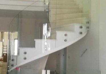 Barandilla de cristal para escalera redonda de varias plantas