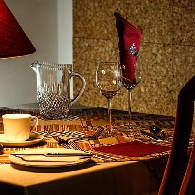 Protocolo en la mesa: el tenedor a la izquierda y el cuchillo a la derecha